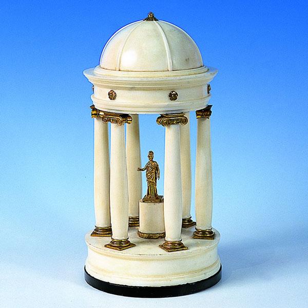 Modello di tempietto neoclassico in marmo statuario e bronzi dorati, Roma, prima metà sec. XIX. Antichità G.N. di Luciano Guagenti, Milano.